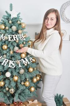 Frau nahe weihnachtsbaum