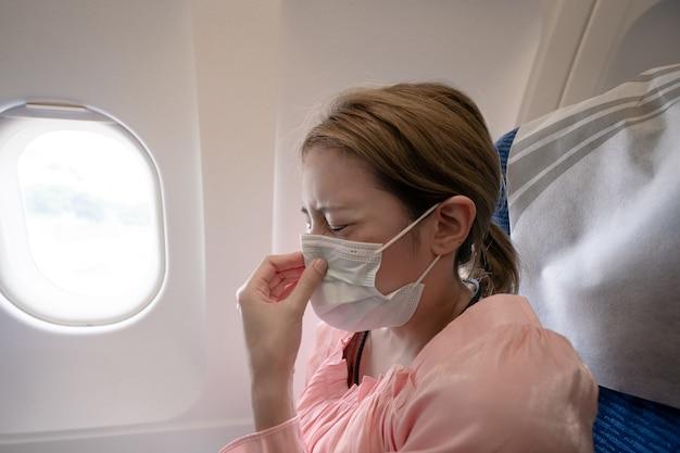Frau niest im flugzeug