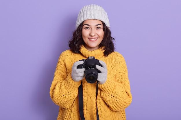 Frau nimmt bilder, die fotokamera in händen halten