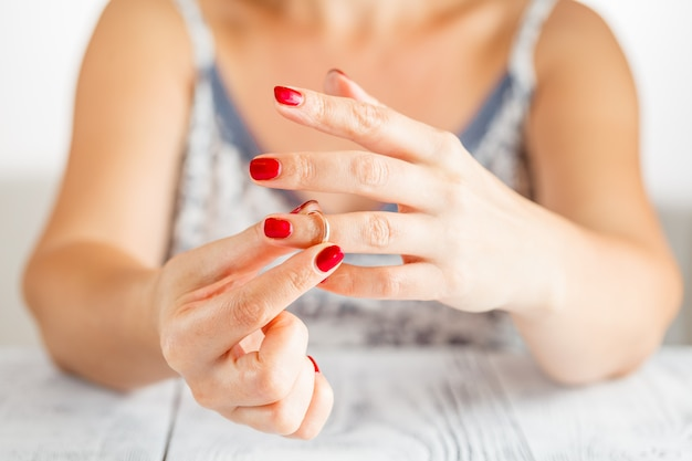 Frau nimmt den ring von der hand ab