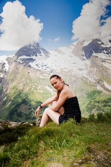 Frau oben auf berg.