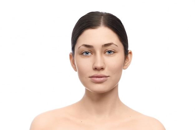 Frau ohne make-up posiert auf weiß isoliert