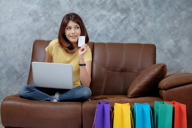 Frau online einkaufen. leere kreditkarte halten.