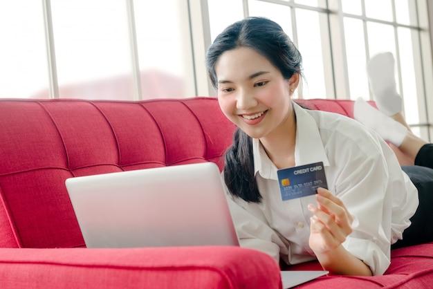 Frau online einkaufen