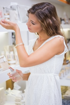 Frau, parfüm zu testen