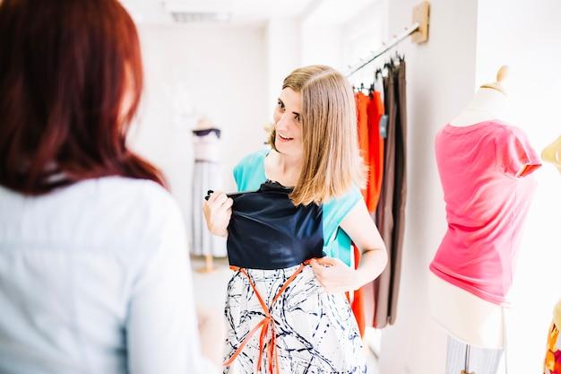 Frau passt neues kleid