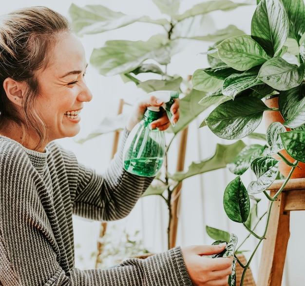 Frau pflegt und pflegt ihre pflanzen