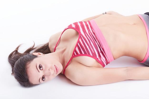 Frau pilates übt die lokalisierte eignung aus