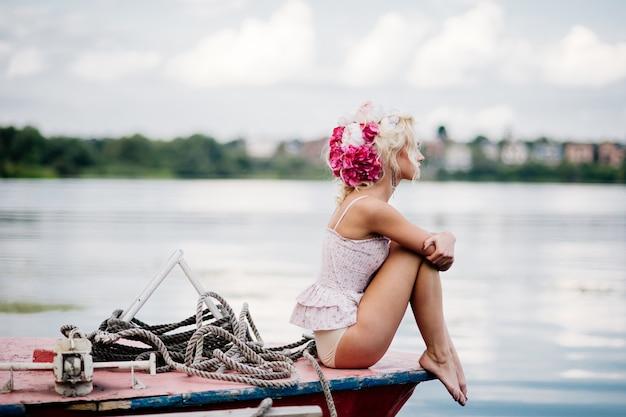 Frau posiert für ein foto im hafen