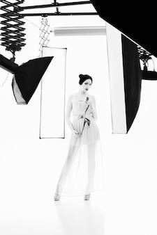 Frau posiert im studio