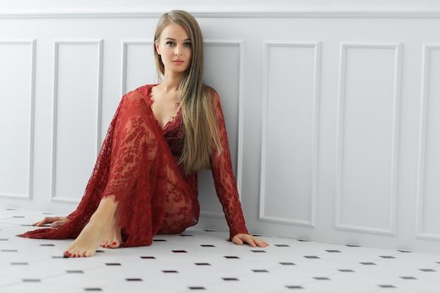 Frau posiert in einem kleid