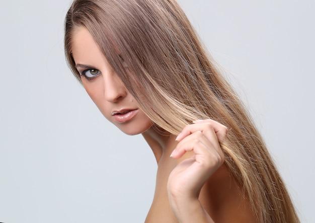 Frau posiert mit ihren schultern nackt