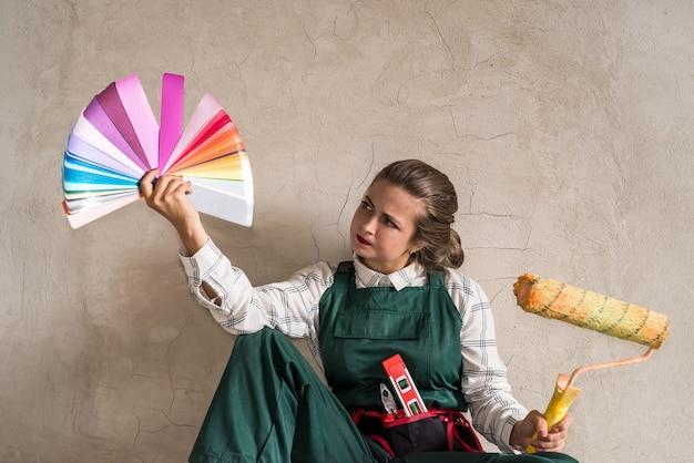 Frau posiert mit roller und farbfeld