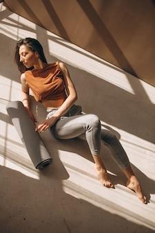 Frau praktizieren yoga