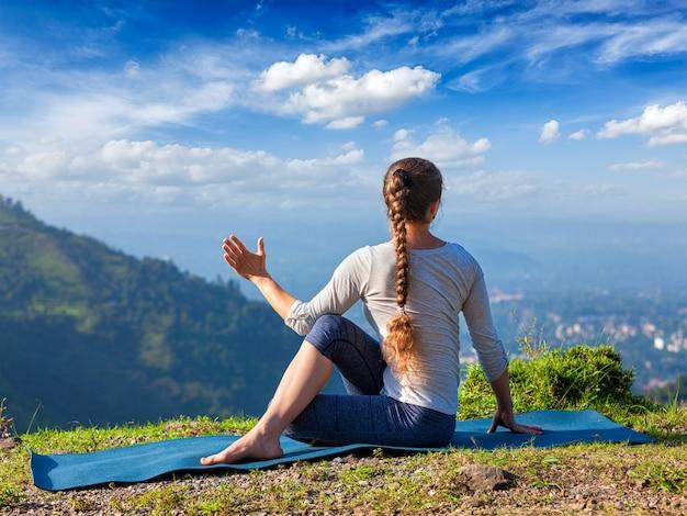 Frau praktiziert yoga asana im freien
