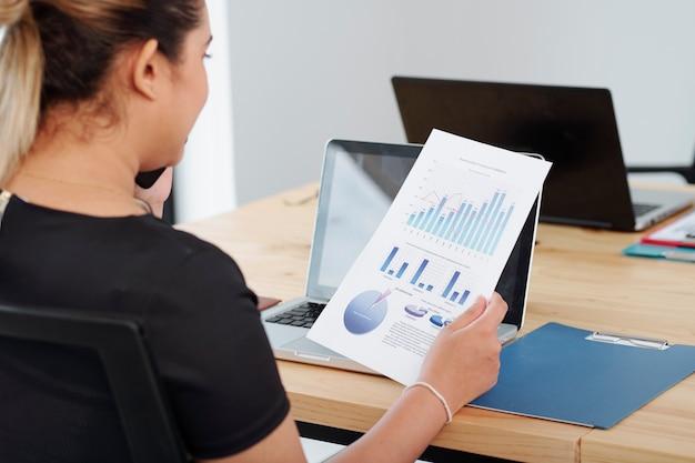 Frau prüft finanzbericht