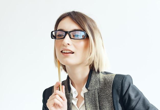 Frau psychologin mit brille schreibarbeit professionell. foto in hoher qualität