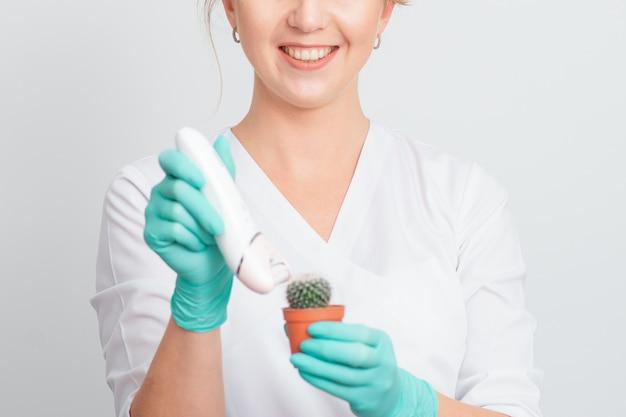 Frau rasiert grünen kaktus.