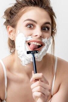 Frau rasiert ihr gesicht mit rasiermesser
