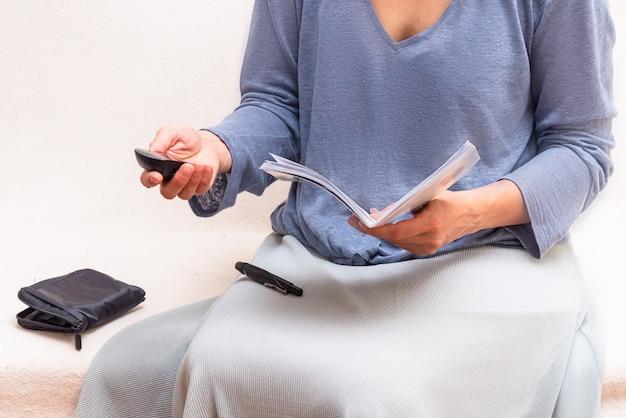 Frau reeding anweisung, wie man blutzuckermessgerät verwendet