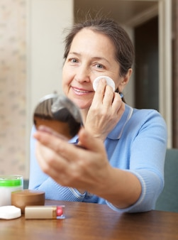 Frau reinigt das make-up