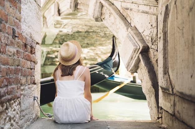 Frau reisen italien urlaub in europa mode mädchen foto auf der malerischen brücke des canal grande machen
