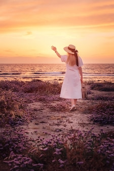 Frau reisen nach zypern und genießen den sonnenuntergang am meer