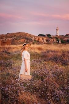 Frau reisen nach zypern und genießen die natur nahe leuchtturm