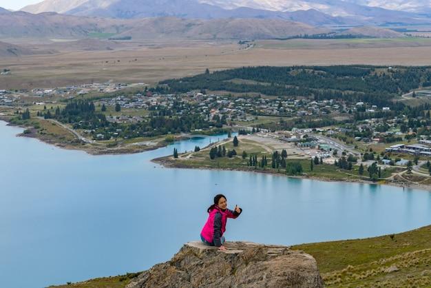 Frau reisende am see tekapo, neuseeland
