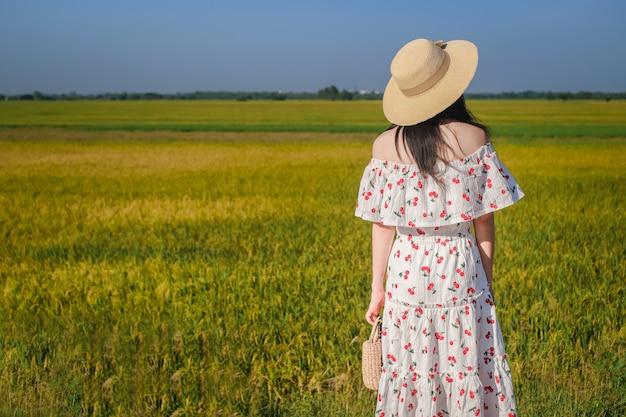 Frau reisende haben eine entspannende zeit während der reise neben der straße.