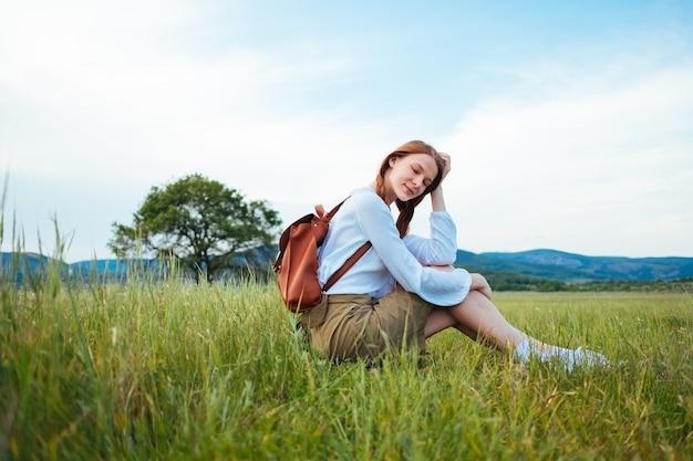 Frau reisende mit rucksack und hut zu fuß, fernweh reisekonzept, raum für text, atmosphärischen moment. tag der erde