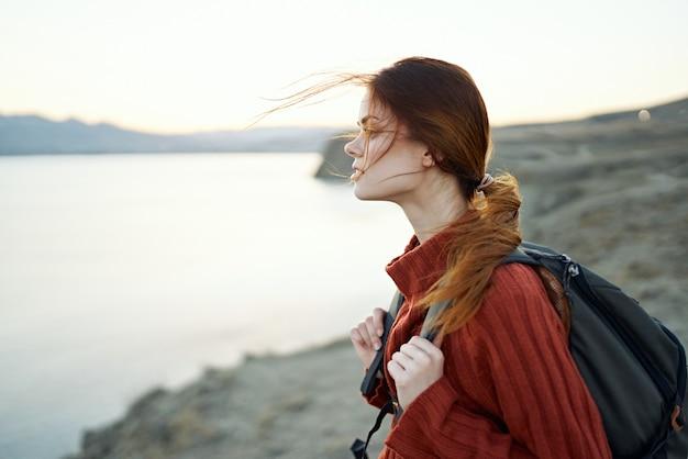 Frau reist in den bergen in der natur nahe der meerseitenansicht