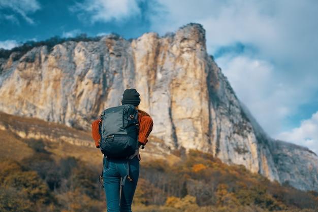 Frau reist in der natur mit einem rucksack