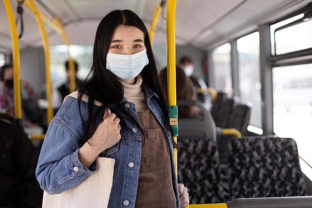 Frau reist mit maske mittlerer schuss
