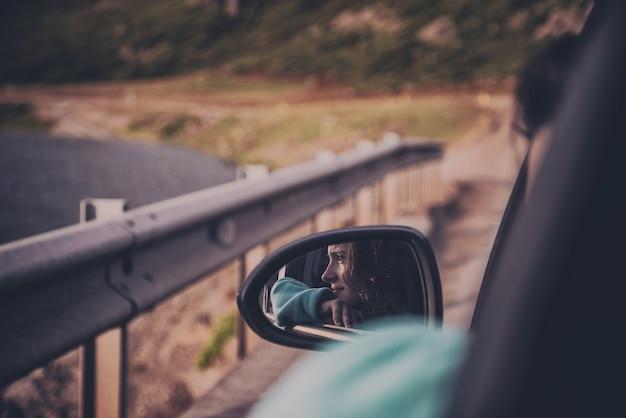 Frau reitet im auto
