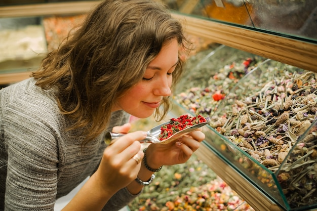 Frau riechen aromatischen kräutertee