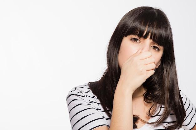 Frau riecht furchtbaren gestank