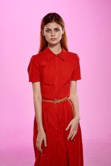 Frau rotes kleid studio glamour posiert modell