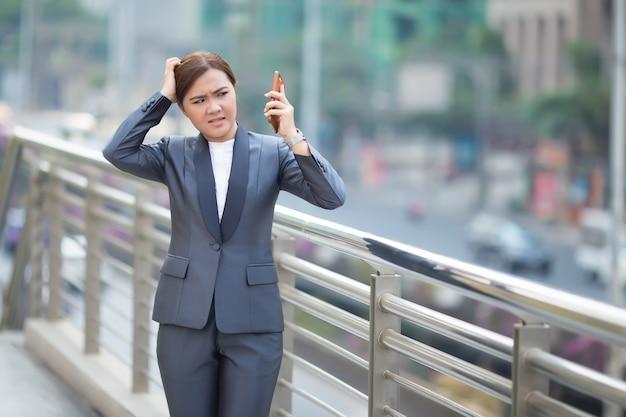 Frau ruft das smartphone an und sie ist wütend