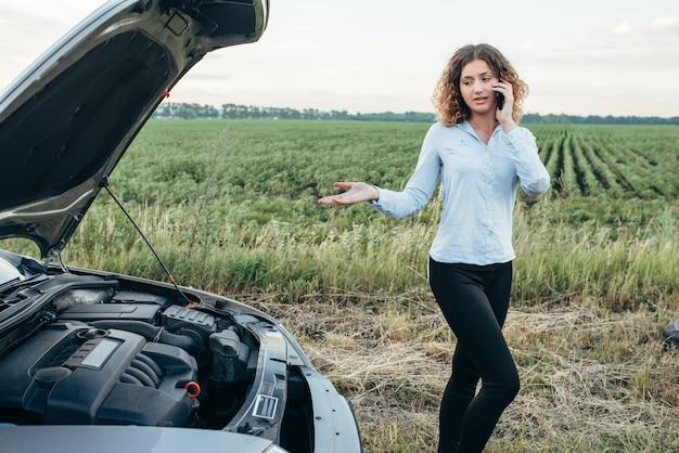 Frau ruft zum notdienst, kaputtes auto