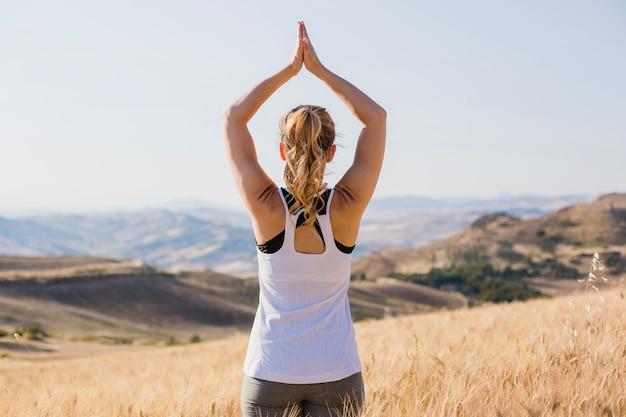 Frau ruhige frau meditiert im gras