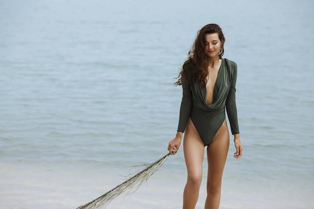 Frau ruht sich im urlaub am strand aus