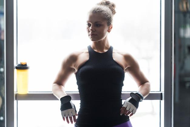 Frau ruht während des trainings