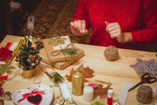 Frau schaffen stilvolle weihnachtsgeschenke