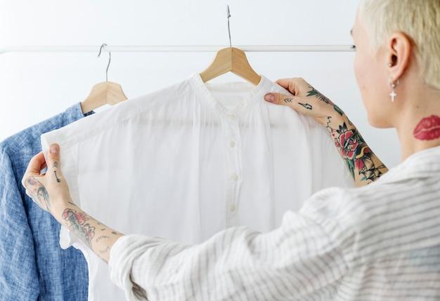 Frau schaut auf ein weißes hemd