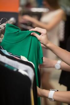 Frau schaut auf einem grünen hemd