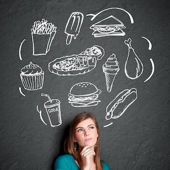Frau schaut auf und denkt, was zu essen
