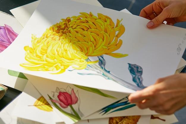 Frau schaut durch acrylillustration der gelben dahlienblume