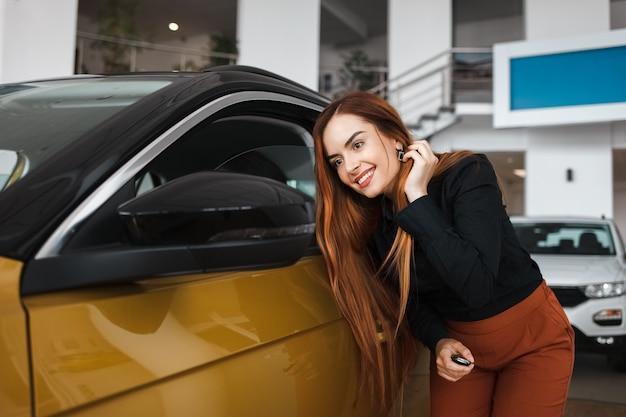 Frau schaut in den spiegel eines autos