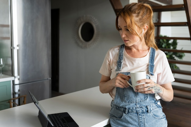 Frau schaut sich einen film auf netflix an